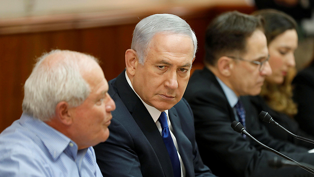 Prime Minister Benjamin Netanyahu (2nd L) attends the weekly cabinet meeting at his office in Jerusalem November 12, 2017 (Photo: Reuters)