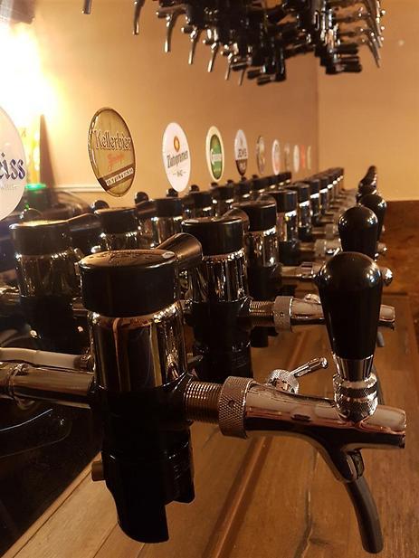 """בירה ונשנושים. סניף """"ביר קלאב"""" בקרית גת (צילום: יח""""צ)"""