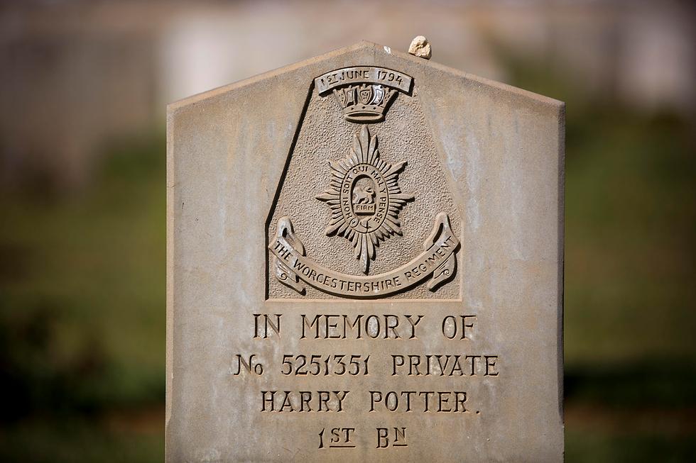 טוראי הארי פוטר בבית הקברות ברמלה (צילום: AFP) (צילום: AFP)