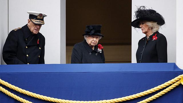 צפו בטקס מהמרפסת: הנסיך פיליפ בן ה-96, רעייתו המלכה אליזבת השנייה בת ה-91 ודוכסית קורנוול קמילה (צילום: AFP) (צילום: AFP)