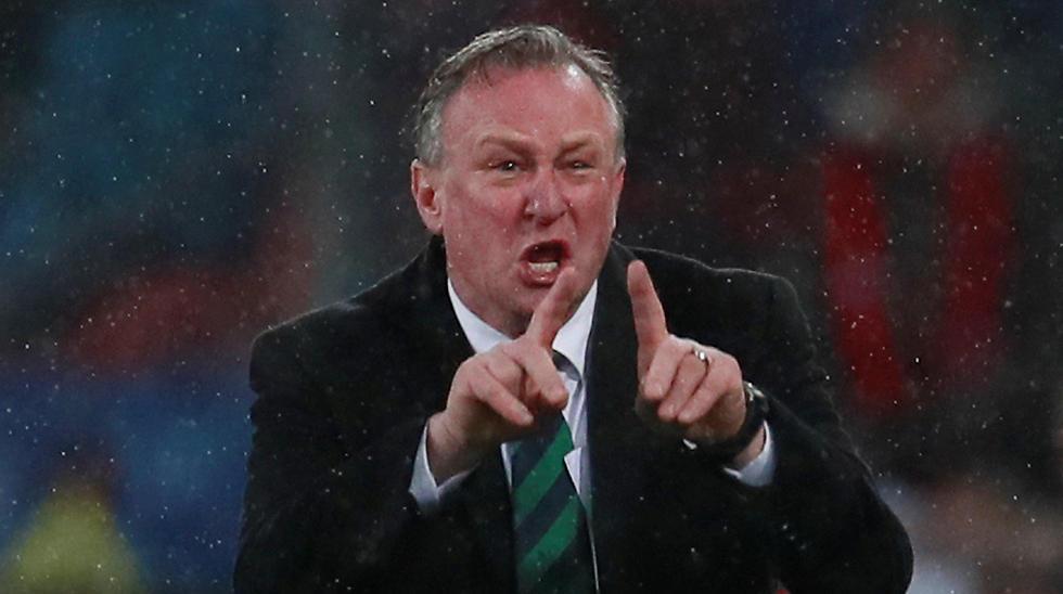 מאמן צפון אירלנד מייקל אוניל מקבל שטיפה (צילום: רויטרס) (צילום: רויטרס)