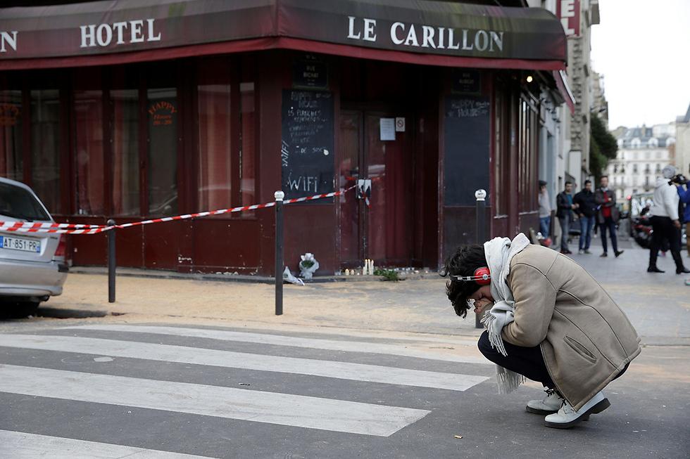 אחת מזירות הפיגועים בפריז, נובמבר 2015 (צילום: AFP)