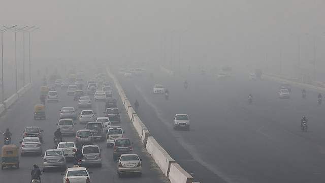 מצב חירום בריאות בעקבות זיהום האוויר הכבד. ניו דלהי (צילום: EPA)