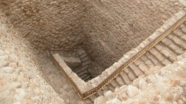 הירידה למאגר המים בתל באר שבע (צילום: צביקה צוק)