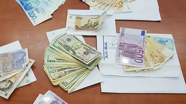 Деньги, конфискованные полицией у грабителей. Украдены у пожилой пары, державшей дома наличные. Фото: пресс-служба полиции