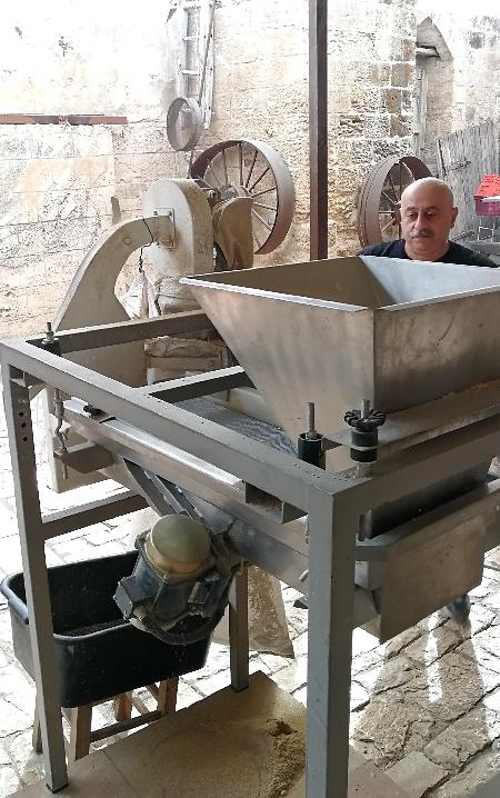 """מכונת הטחינה בחנות התבלינים """"אל באבור"""" בעיר העתיקה של נצרת (צילום: מיכל וקסמן)"""