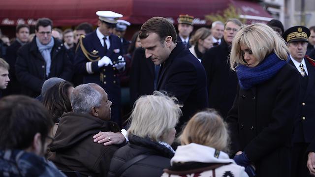 עם הרעייה בריז'יט מנחם את משפחות הקורבנות (צילום: MCT)