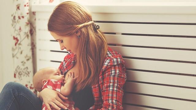 גם אם את בהיריון או לוקחת תרופות. כדאי להתייעץ עם רופא - ולהמשיך להניק (צילום: shutterstock)