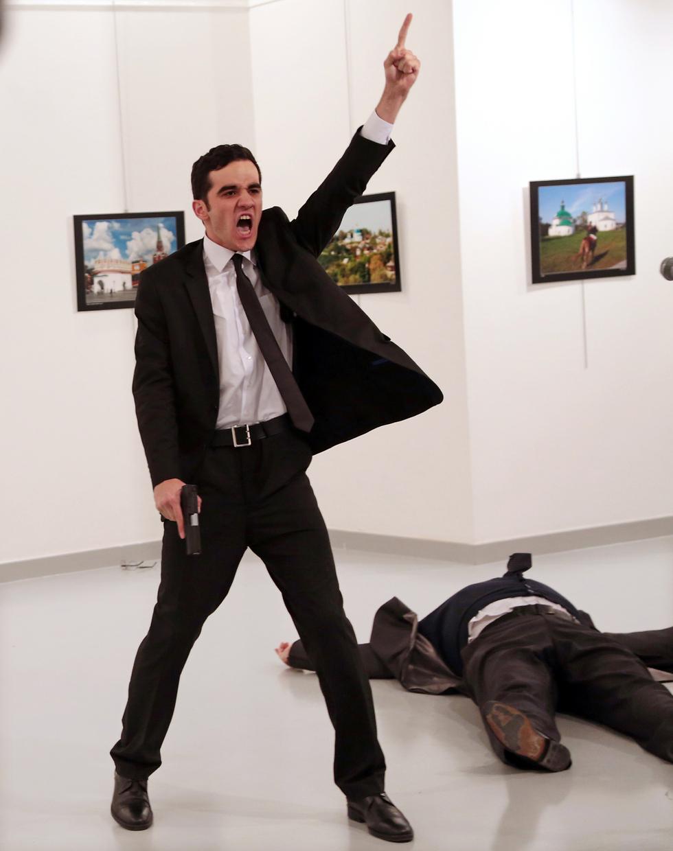 תמונת השנה - רצח השגריר הרוסי אנדריי קרלוב  (צילום: Burhan Ozbilici, The Associated Press) (צילום: Burhan Ozbilici, The Associated Press)
