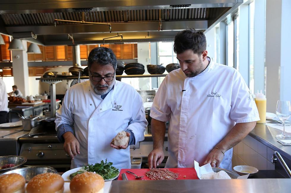 """חיים כהן (משמאל) ותומר טל, במטבח של """"יפו תל אביב"""" (צילום: ירון ברנר) (צילום: ירון ברנר)"""