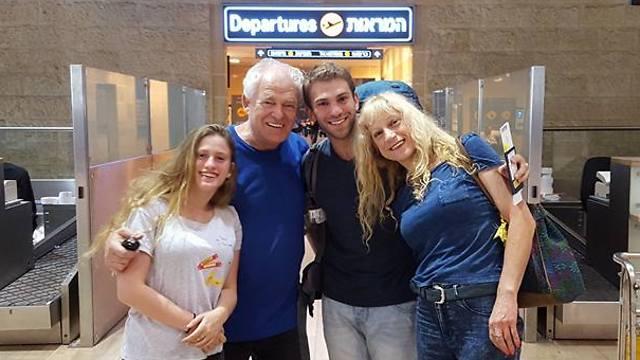 תמונת פרידה עם המשפחה