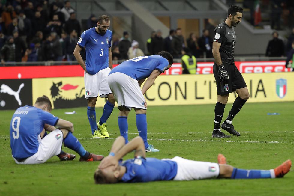 אווירה של לוויה. שחקני נבחרת איטליה (צילום: AP)