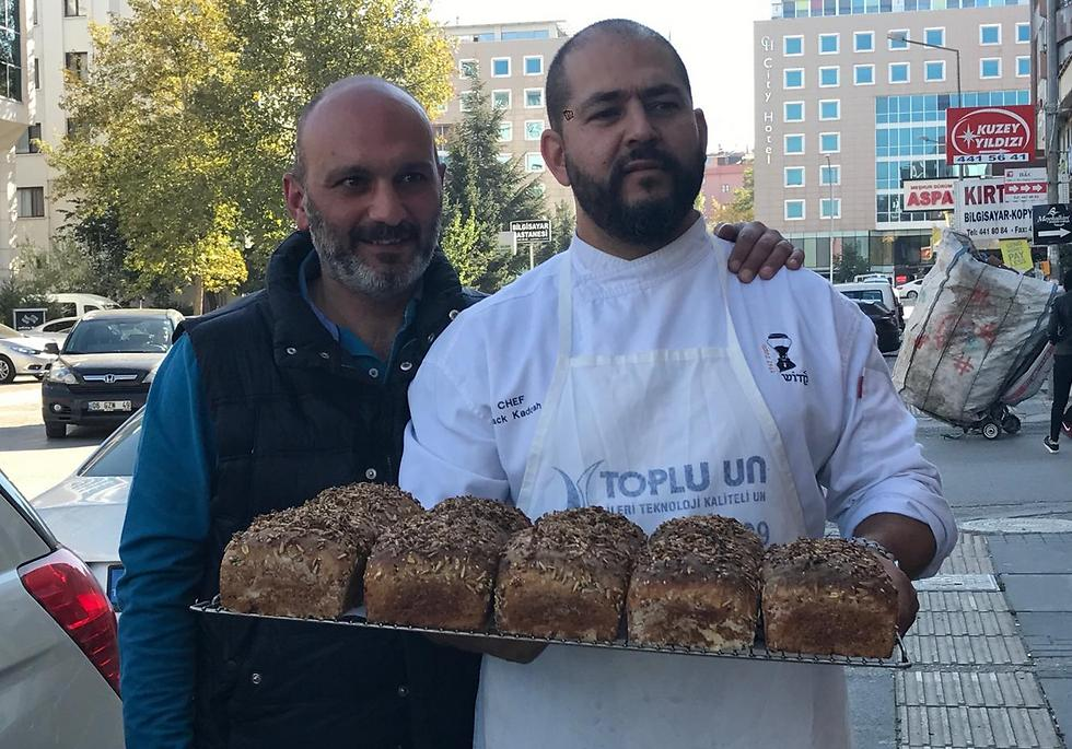 איציק קדוש (מימין) והאופה הטורקי (צילום: באדיבות שגרירות ישראל באנקרה) (צילום: באדיבות שגרירות ישראל באנקרה)