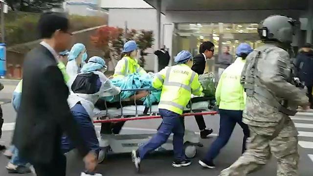 החייל הצפון קוריאני שערק מועבר לניתוח חירום בבית החולים בדרום קוריאה (צילום: EPA) (צילום: EPA)