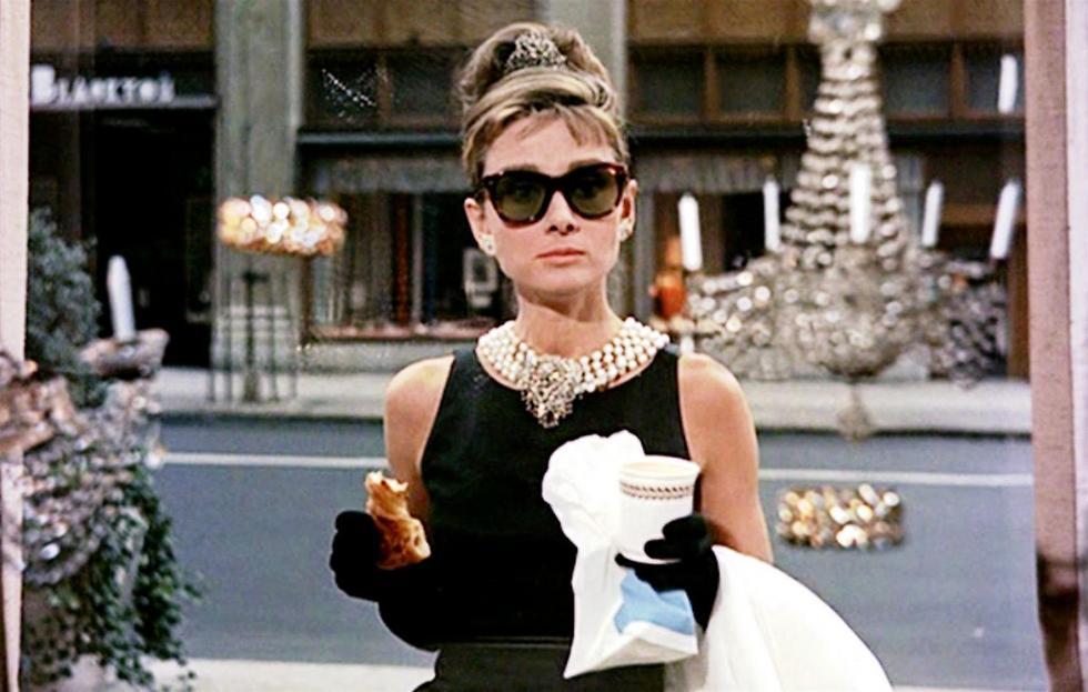 """מעתה גם אתם תוכלו לנגוס בקרואסון מול חנות התכשיטים היוקרתית. אודרי הפבורן בסצנה מתוך הסרט """"ארוחת הבוקר של טיפאני"""" (צילום: יח""""צ)"""