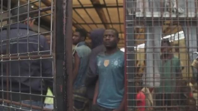 ממתינים לגירוש לארצם. מתקן מעצר למהגרים בטריפולי (צילום: CNN) (צילום: CNN)