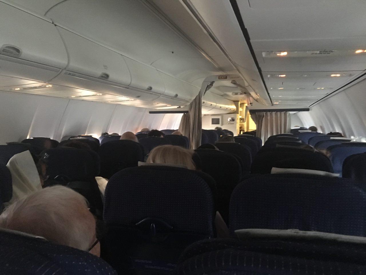 מומלץ לציית לנהלי והוראות צוות המטוס בטיסה ()