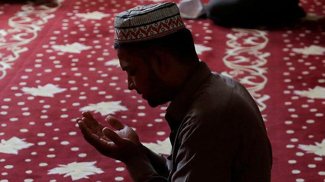 תפילה מוסלמית בקפריסין הטורקית. אזור עם מסורת חילונית (צילום: AP)