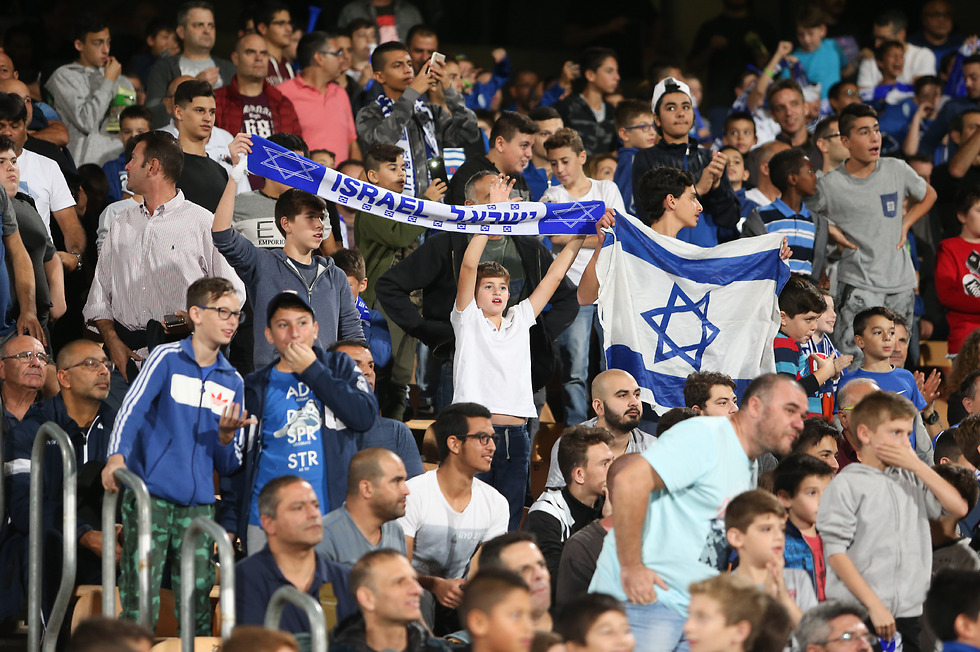 האוהדים הישראלים ברמת גן (צילום: עוז מועלם)