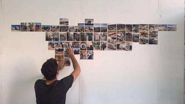 איימז תולה את צילומיו על הקיר (צילום: רודריגו אימז) (צילום: רודריגו איימז) (צילום: רודריגו איימז)