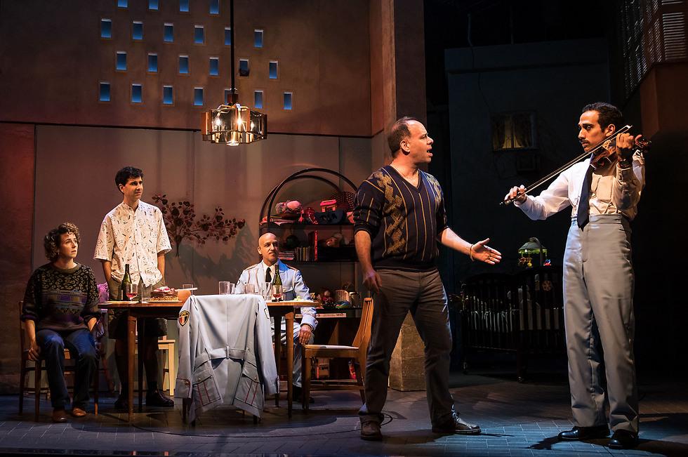 """נשאר נאמן למקור. """"ביקור התזמורת"""" בברודוויי (צילום: Matthew Murphy)"""