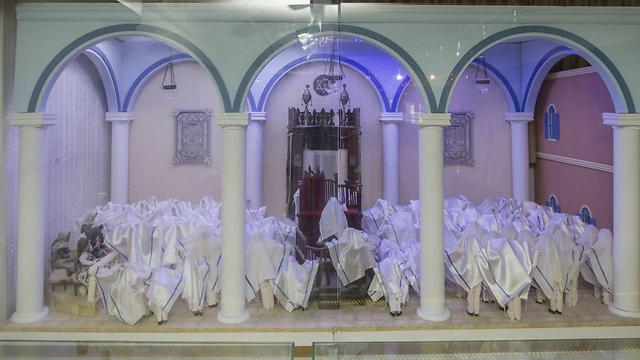 דגם שממחיש את ברכת הכוהנים בבית הכנסת בלוב (צילום: עידו ארז ) (צילום: עידו ארז )