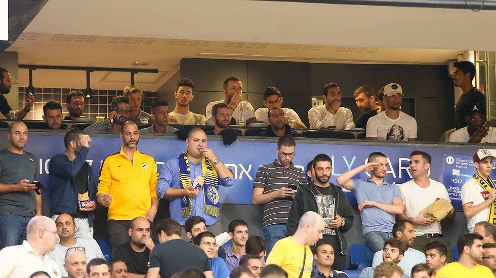 """גם שחקני מכבי ת""""א בכדורגל הגיעו להיכל (צילום: ראובן שוורץ)"""