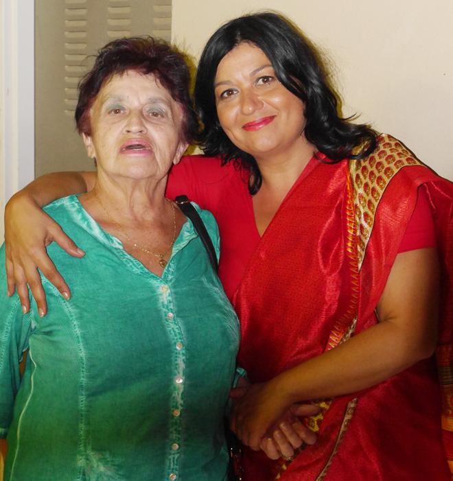 """ניימן-שלוסר עם אמה בערב שהוקדש לתרבות ההודית. """"חינכו אותנו לצניעות ולרגישות לזולת"""" (צילום: אלבום פרטי)"""