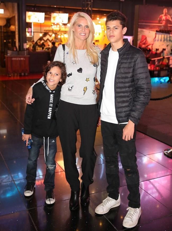 אתם יודעים שיש לכם את האמא הכי לוהטת. שלי גפני והבנים (צילום: אלירן אביטל)