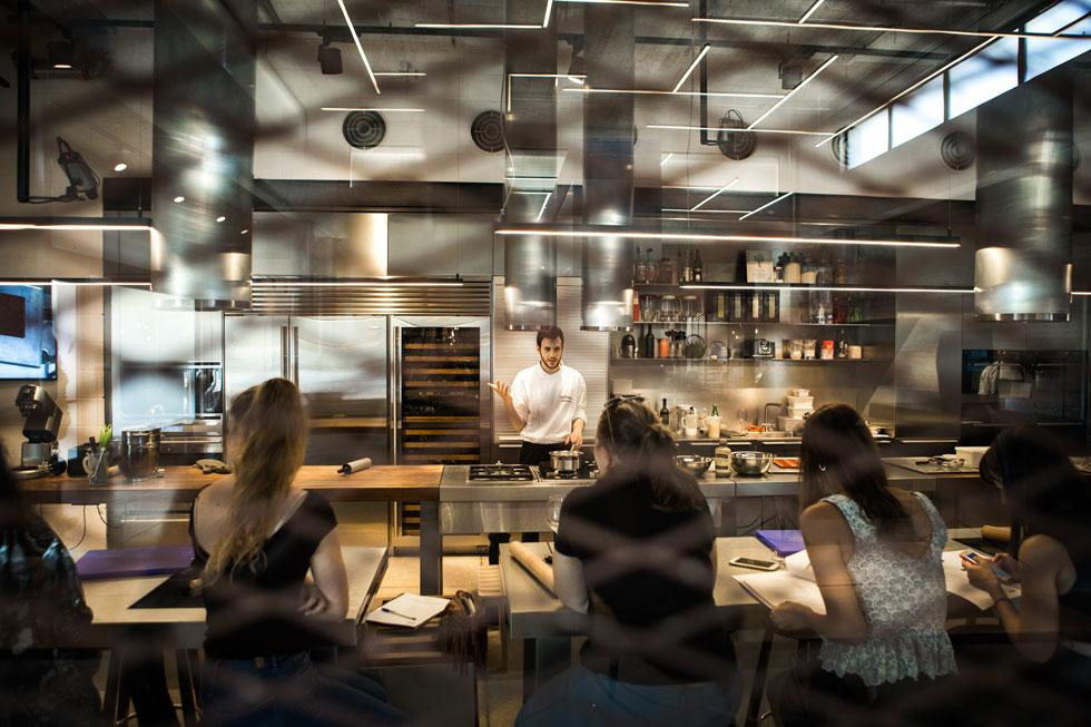 """מלמד להכין מקרונים.  """"רק בשנת השירות התחלתי חשוב שבישול יהיה הכיוון שלי"""" (צילום: אנטולי קריניצקי, האקדמיה של בולטהאופ)"""