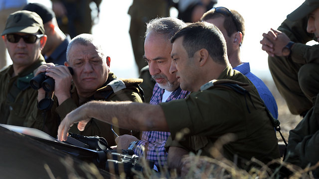 Chief of Staff Eisenkot (2nd from left) and Minister of Defense Lieberman (2nd from right) during a tour of the country's northern border (Photo: Ariel Hermoni/Defense Ministry)