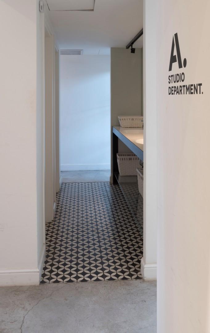 תאי שירותים המשמשים את עובדי משרד בקומה זו  (צילום: מנחם רייס)