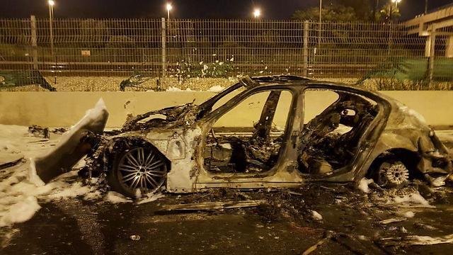 הרכב שנשרף כליל באיילון (צילום: דוברות המשטרה) (צילום: דוברות המשטרה)