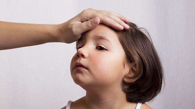 """""""ילד חולה צריך לנוח בבית"""" (צילום: shutterstock) (צילום: shutterstock)"""
