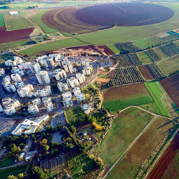 תצלום אוויר של קריית־ביאליק הצמודה לשטחים חקלאיים. האדמות יחולקו בין הערים ומאה דונם חממות יהפכו לאגם נוי