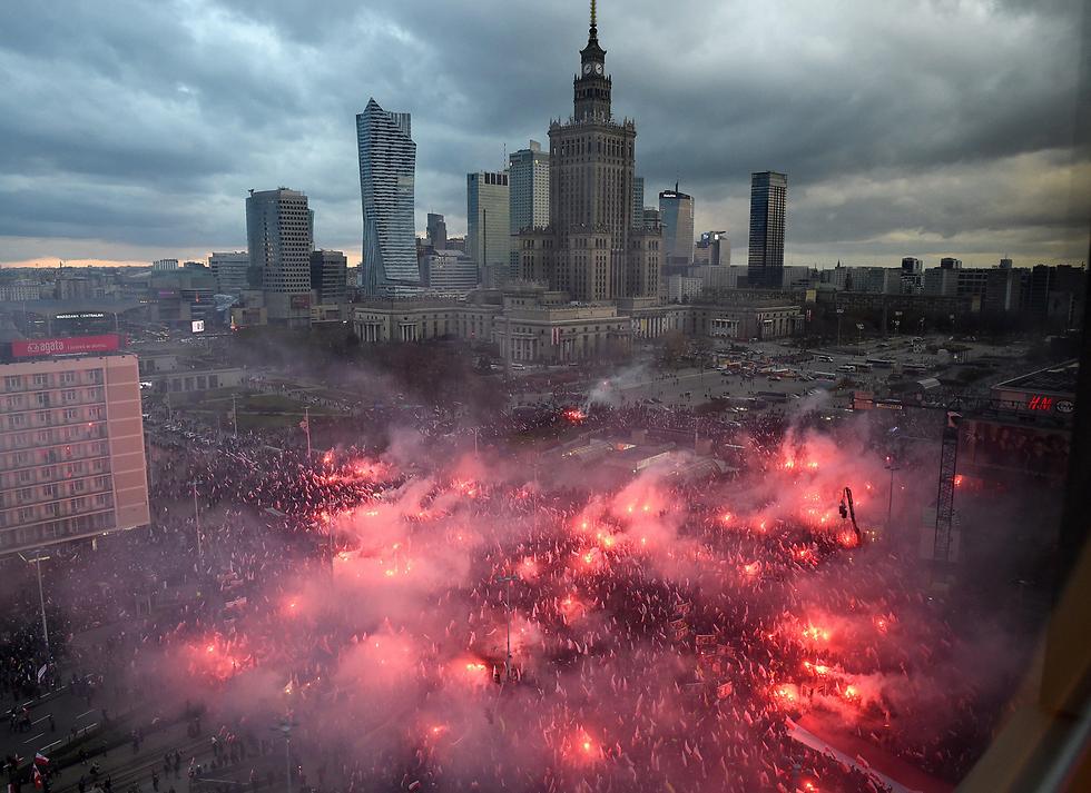 מצעד יום העצמאות של פולין עשה השנה הדים בעולם בעקבות השתתפותם של עשרות אלפי לאומנים שקראו למגר את אירופה ממוסלמים (צילום: EPA) (צילום: EPA)