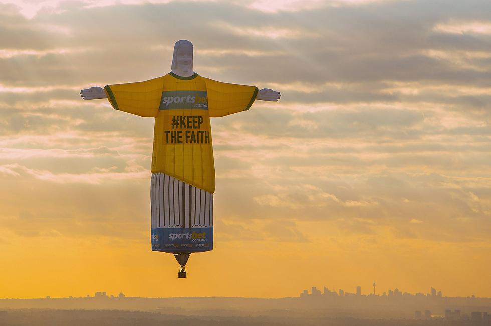 כדור פורח בדמות פסל ישו הגואל מריו דה ז'ניירו הופרח לאוויר בסידני במסגרת קמפיין פרסומת לחברת הימורים מקוונת (צילום: רויטרס) (צילום: רויטרס)