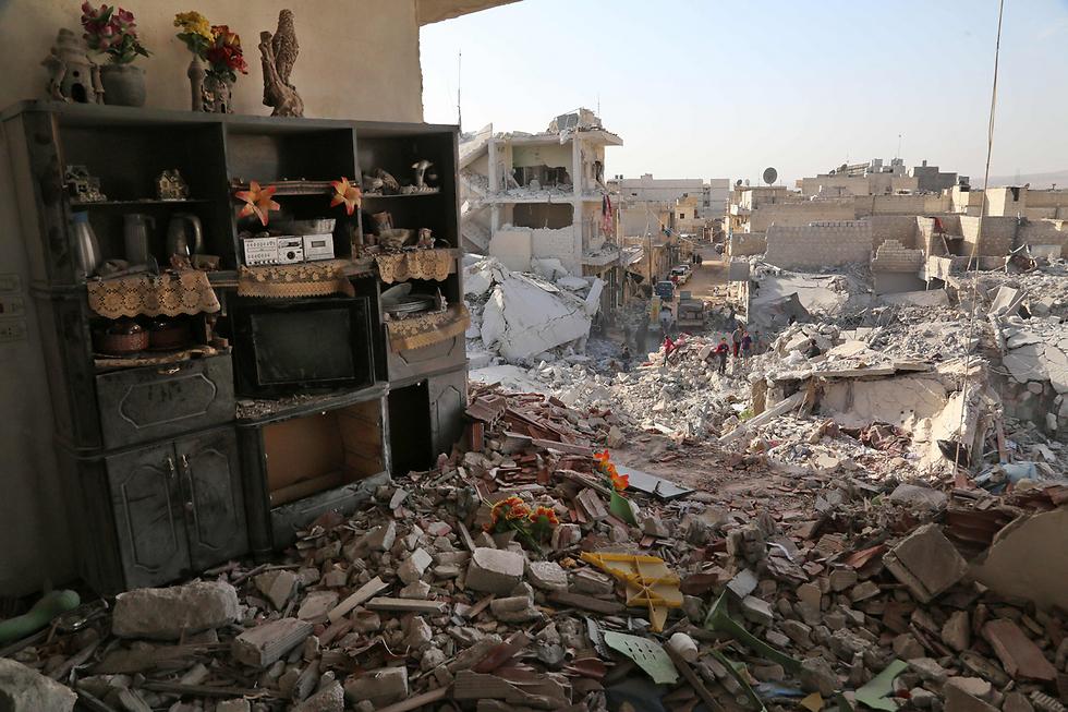 הרס אדיר בעיירה הסורית עטארב, מעוז של המורדים, בעקבות תקיפה אווירית של צבא המשטר  (צילום: AFP) (צילום: AFP)