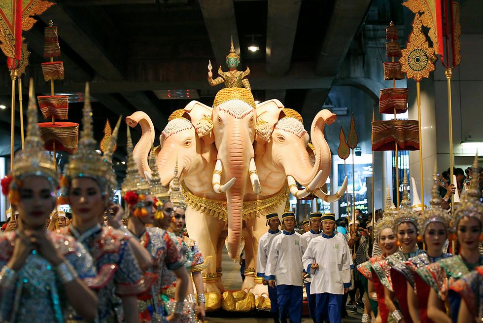 צעדה חגיגית בבנגקוק במסגרת קמפיין ממשלתי להגברת התיירות בתאילנד. במקביל נערך יריד תיירות גדול שבו הציגו את המסורת, התרבות והאוכל המקומיים (צילום: AFP) (צילום: AFP)
