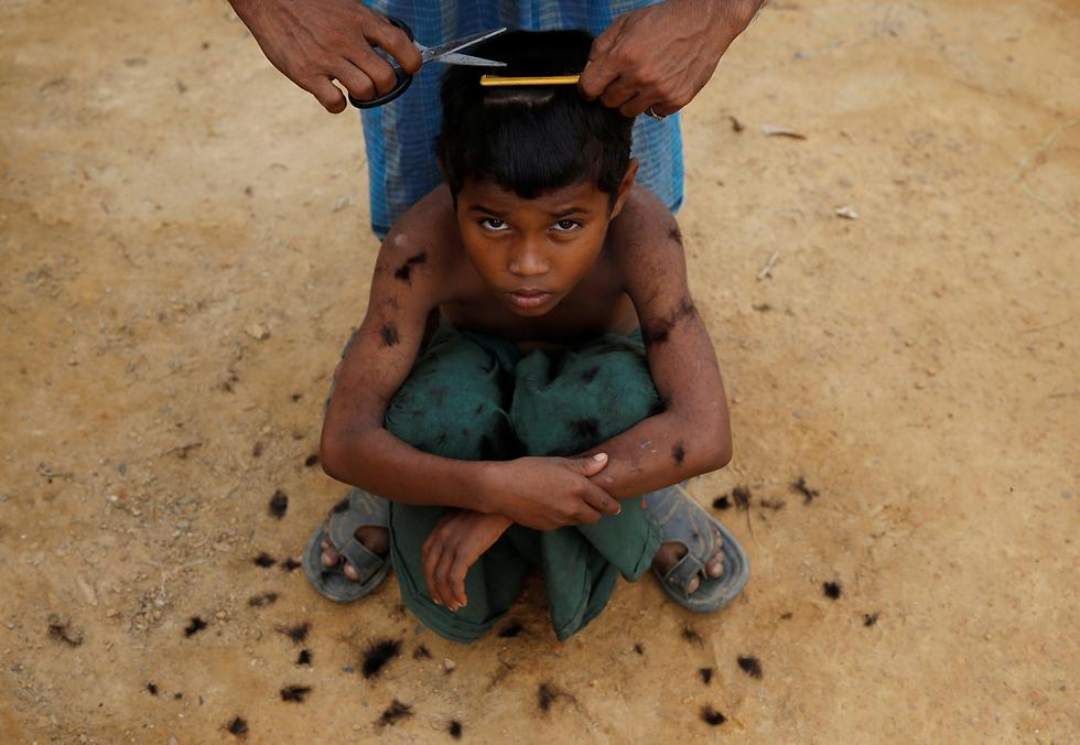 פליט מוסלמי בן רוהינגה שברח מהאלימות במיאנמר מסתפר במחנה פליטים בבנגלדש (צילום: רויטרס) (צילום: רויטרס)