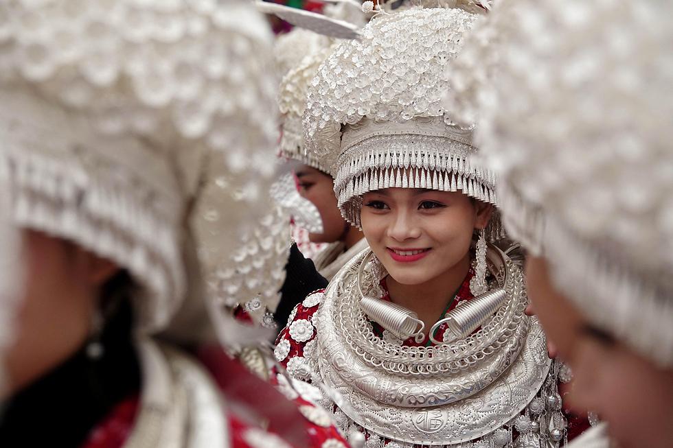 """בנות המיעוט האתני מיאו בסין משתתפות בפסטיבל המסורתי """"לושנג"""" בעיר גולונג (צילום: רויטרס) (צילום: רויטרס)"""
