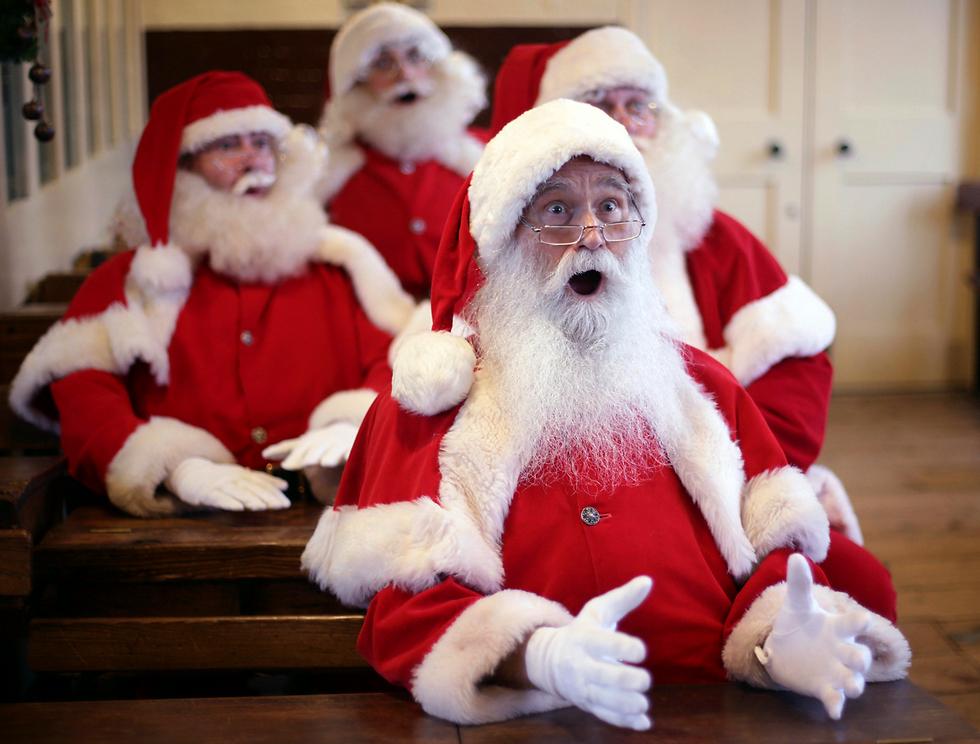 12 בריטים סיימו את הכשרתם בקורס ללימודי סנטה קלאוס לקראת תקופת חג המולד שבה יישבו במשך שעות בקניונים, ויאזינו לאלפי ילדים שימתינו לפגישה השנתית עם הסבא האגדי (צילום: AP) (צילום: AP)