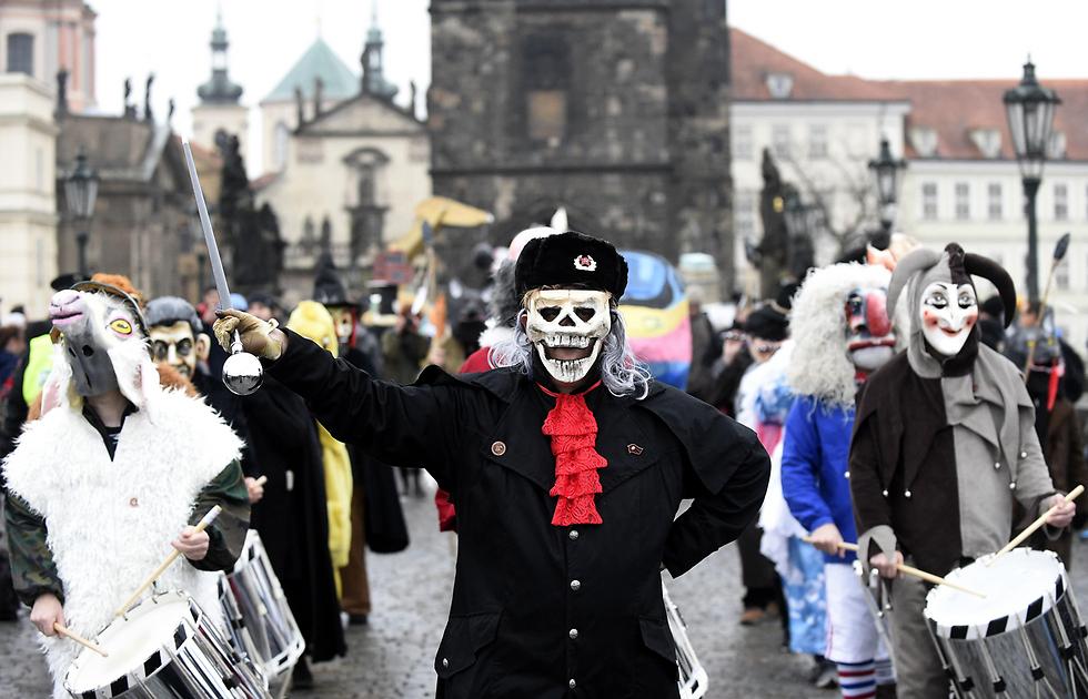 תהלוכת קרנבל בגשר קארל בפראג כחלק מחגיגות יום השנה ה-28 למהפכת הקטיפה, ההפיכה שבה הודחה הממשלה הקומוניסטית בצ'כוסלובקיה (צילום: AFP) (צילום: AFP)