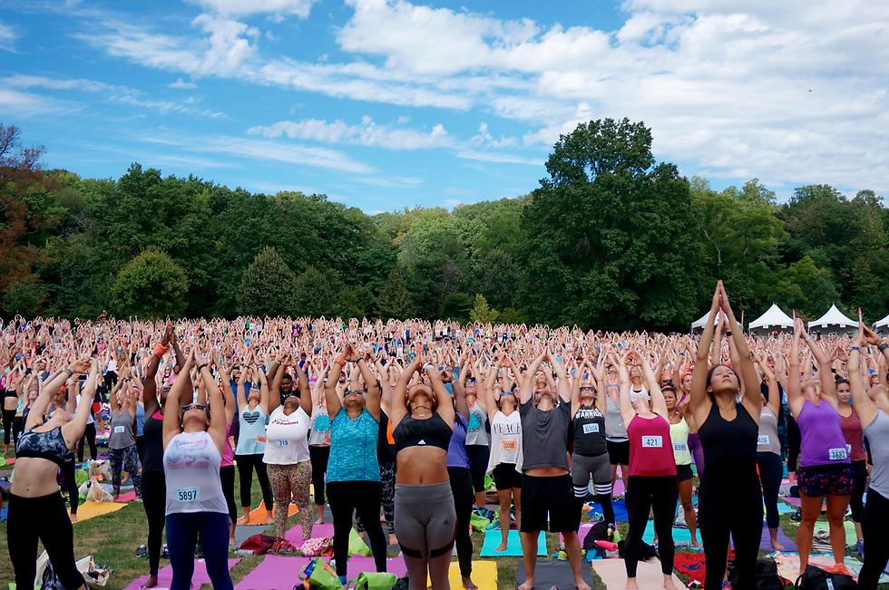 """שיעור יוגה המוני בפסטיבל """"וונדרלאסט 108"""" בברוקלין, ניו יורק. הפסטיבל כולל ריצה או הליכה לאורך 5 ק""""מ ושיעור יוגה בן 90 דקות (צילום: AP, Diana Gerstacker) (צילום: AP, Diana Gerstacker)"""