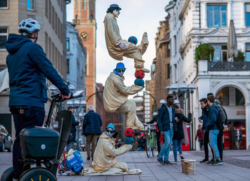 מופע רחוב בהמבורג, גרמניה (צילום: EPA) (צילום: EPA)
