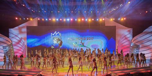 המופע המפואר נפתח בריקוד של 118 המתחרות (צילום: AFP)