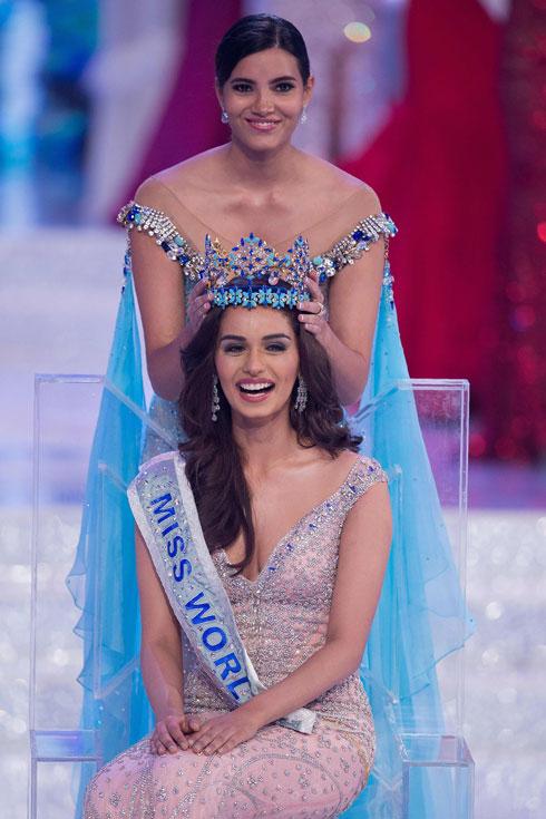 מיס עולם היוצאת, סטפני דל וולה מפוארטו ריקו, מעבירה את הכתר למנושי צ'ילאר (צילום: AFP)