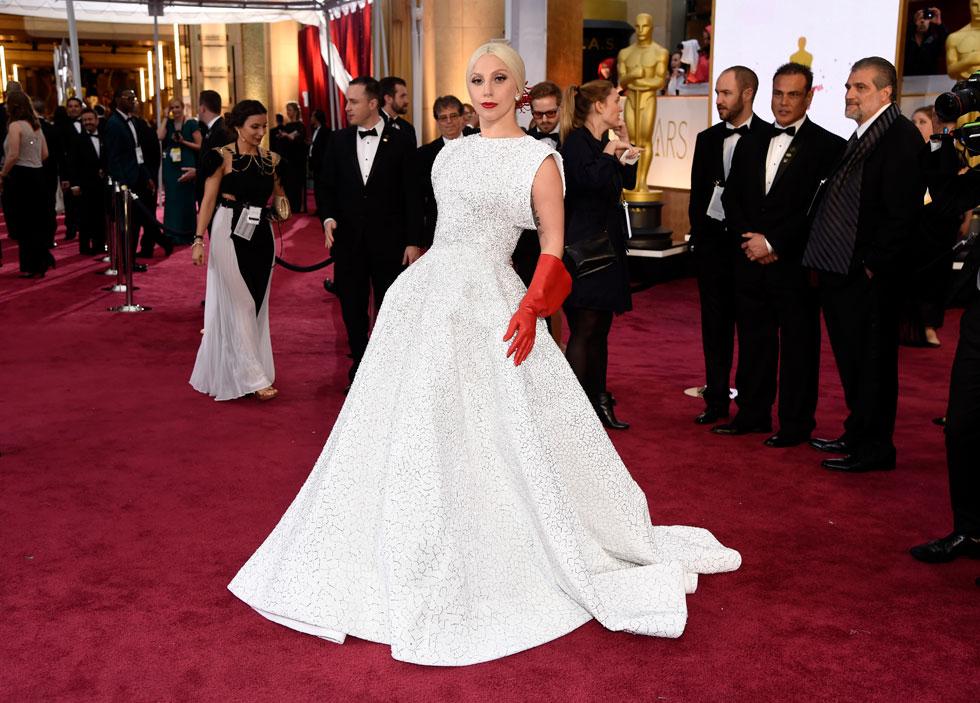 ליידי גאגא מגיעה לטקס האוסקר בשמלה של אלאיה, 2015 (צילום: AP)