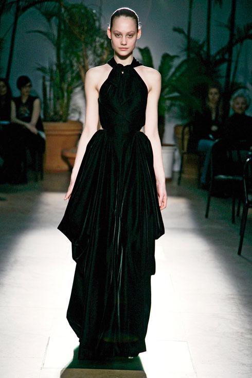 """""""אני תמיד רוצה שהדברים יהיו פרפקט, ולכן העבודה כולה נעשית בבית האופנה"""". תצוגת סתיו-חורף 2009-10 (צילום: Gettyimages)"""