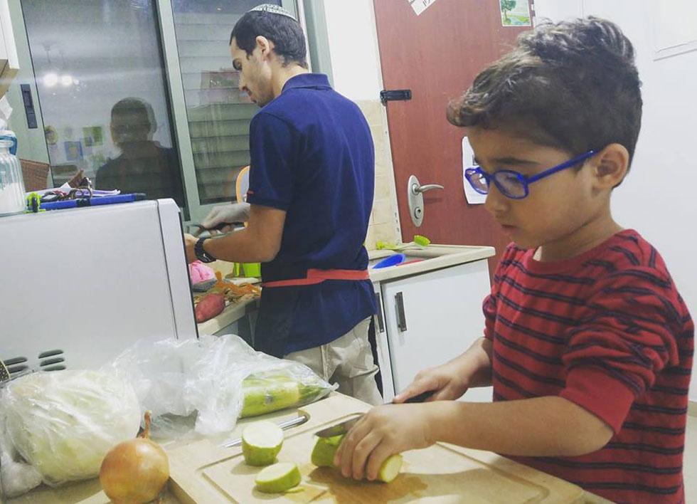 אתם שלחתם: בארי בן ה-4 מתאמן בחיתוך ירקות למרק
